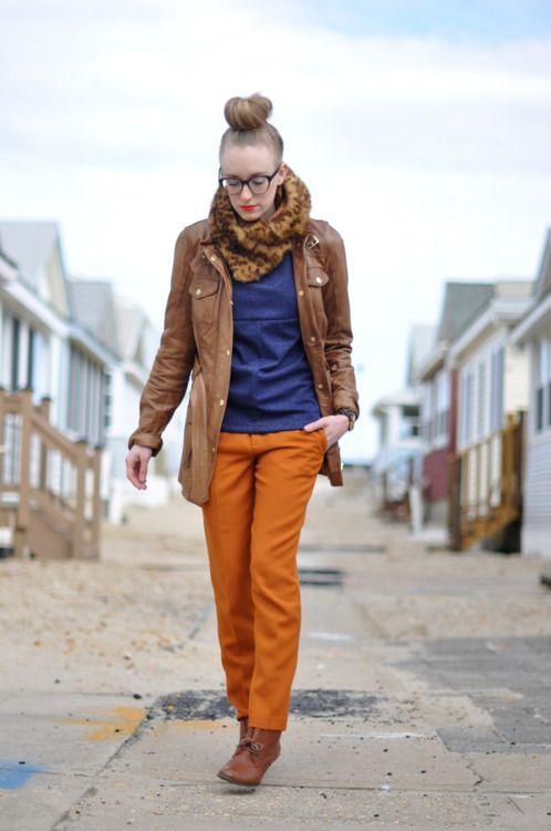Оранжевый кардиган, синие брюки, коричневый леопардовый шарф, болотная куртка, корчневые ботильоны