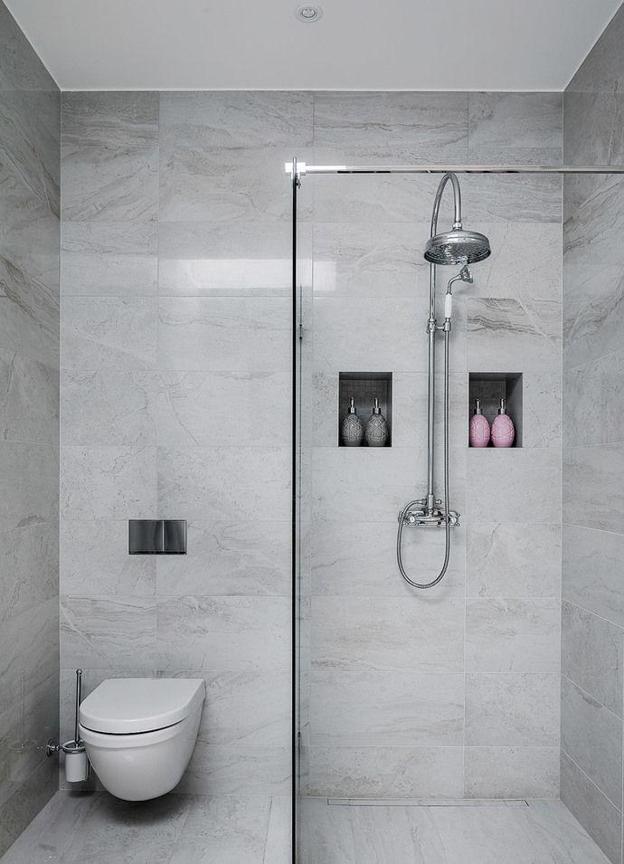 Strålande ljus nybyggd vindsvåning med högt i tak och öppet kök. Våningen, som är ritad av arkitekt Ulf Nelson, håller genomgående högsta kvalitet med exklusiva materialval. Kök och badrum från Lidhults i klassisk stil med modern touch. Öppet kök med köksö mot matplatsen och balkongen. Stort vardagsrum med en stilren eldstad. Exklusivt stort badrum med dusch. Separat gäst-wc och tvättstuga i anslutning till hallen. Två sovrum, det ena med stora platsbygga garderober. Det andra med plats för…
