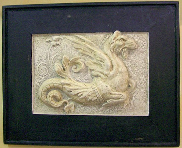 Bassorilievo Grifone - gesso su legno  Lavorato artigianalmente in gesso è patinato ed incassato in una cornice di legno nera. Rappresenta la figura mitologica del grifone con il corpo di leone e la testa d'aquila.   #artigianato #grifone #bassorilievo #gesso #madeinitaly