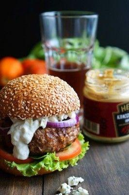 A juicy hamburger with blue cheese sauce (recipe, snacks, recipes)
