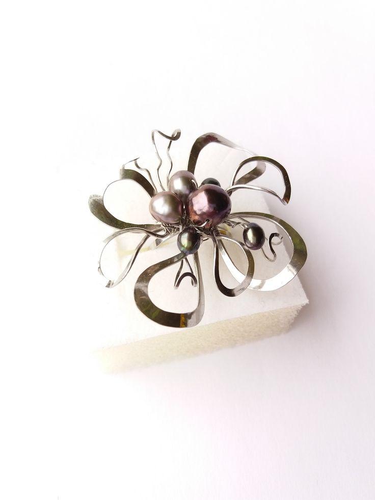 """Prsten+Nr.10+""""Ve+stavu+beztíže""""+exkluzivní+perly+Autorský+šperk.+Originál,+který+existuje+pouze+vjednom+jediném+exempláři+z+kolekce+""""Variací+na+květy"""".Vyniká+svou+lehkostí,+jedinečným+výrazem,+rozevlátým+dynamickým+prostorovým+tvarem+a+barevností+perlového+zdobení.Prostorový+tvar+vždy+vypadá+velmi+lehce,+vzdušně,+zajímavě+a+na+ruce,+která+je+v+pohybu+jakoby..."""
