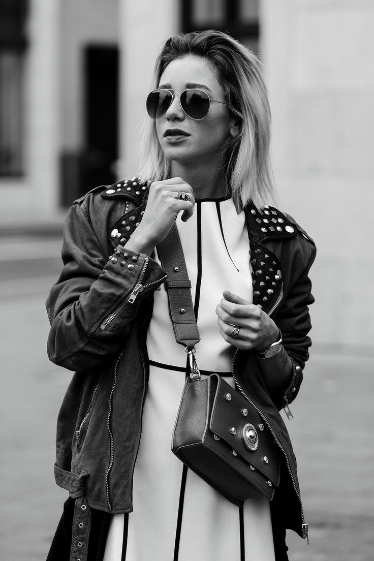 Weißes Escada Kleid mit Diesel Bikerjacke und Versace Jeans Handtasche II Auf ihrem Fashion Blog stellt Jasmin Kessler ihr neustes Herbst Outfit vor. II Street Style Autumn 2017