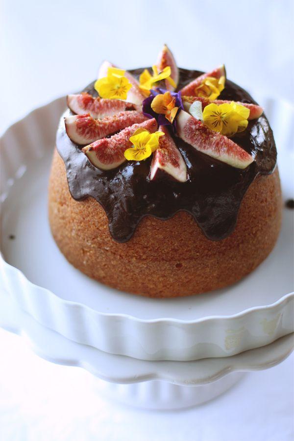 torta di ricotta con glassa di cioccolato e fichi freschi