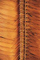 Los techos de las malocas son elaborados en palma de caraná, Lepidocaryum tenue. La técnica del tejido se trasmite de generación en generaci...