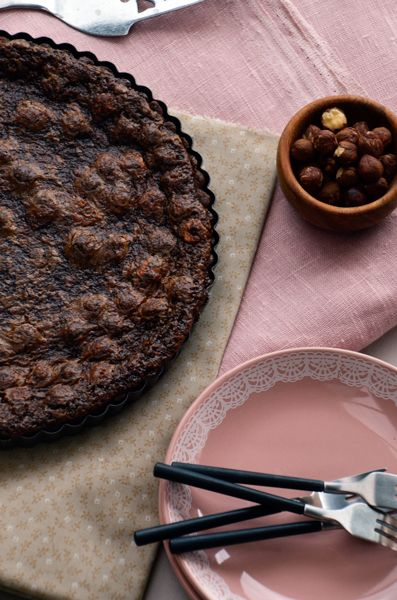 VILLA ALPS: Valli + Tobie receptas; Chocolate hazelnut pie  pastry:: 300 g flour 35 g of cocoa 110 g granulated sugar 160g cold butter 2 eggs  For the filling: 100 g butter 165g granulated sugar 175 g of dark sugar syrup 165 g Nutella 2 eggs 75 g roasted hazelnuts