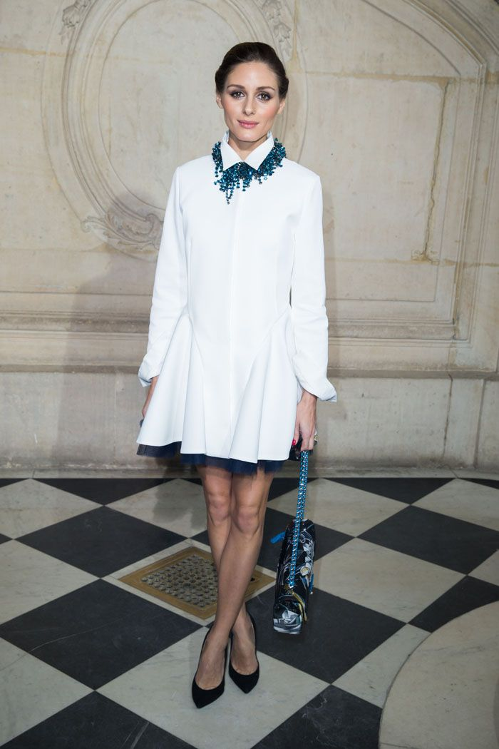 Olivia Palermo es fiel a las tendencias y por eso nos sorprende con este mini vestido camisero de manga larga. Ella, además, lo complementó con un collar azul verdoso, un bolso joya y una salones negros básicos.