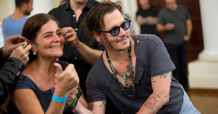 Mulher é atendida com aparelhos para surdez durante visita do ator Johnny Depp a fundação no Rio. A ação faz parte de uma cooperação entre a Fundação Starkey Hearing, a Prefeitura do Rio de Janeiro e a banda de Depp, Hollywood Vampires, que está na cidade para o Rock in Rio