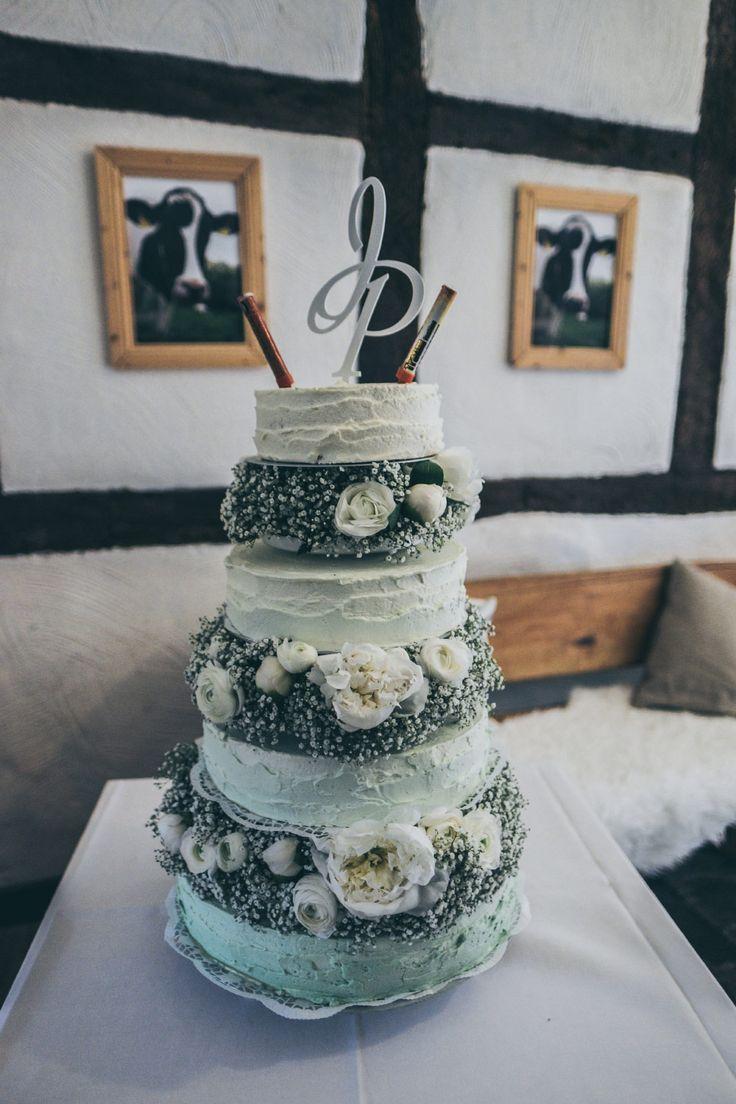 Die grüne #Ombre #Hochzeitstorte mit echten #Blumen.  Foto: Ramona Müller