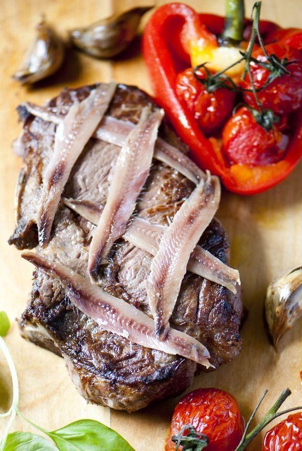 Gebraden steak van blonde d'Aquitaine met geroosterde rode paprika en ansjovis