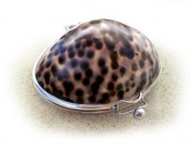 Tiger Crown.    Net als de tijger uit de familie van de katachtigen, valt ook deze schelp op door haar prachtige tekening. Deze groot formaat schelpen bevatten naast 8 tot 14 gram lipbalsem ook een spiegeltje.