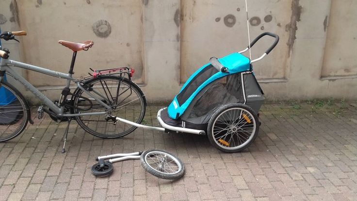 Remorque (carriole) permettant de transporter confortablement un enfant derrière un vélo.Il reste au sec et à l'abri du vent, peut faire la sieste.Vaste compartiment pour transporter des affaires à l'arrière.La carriole se transforme en poussette 3 roues fixes pour le footing ou le roller, ou en poussette classique avec une petite 3ème roue.Elle se plie à plat pour être transportée dans une voiture (il faut un grand coffre quand même).