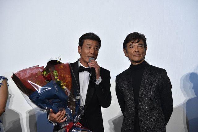 ファンから花束を受け取った舘ひろし(左)と柴田恭兵。