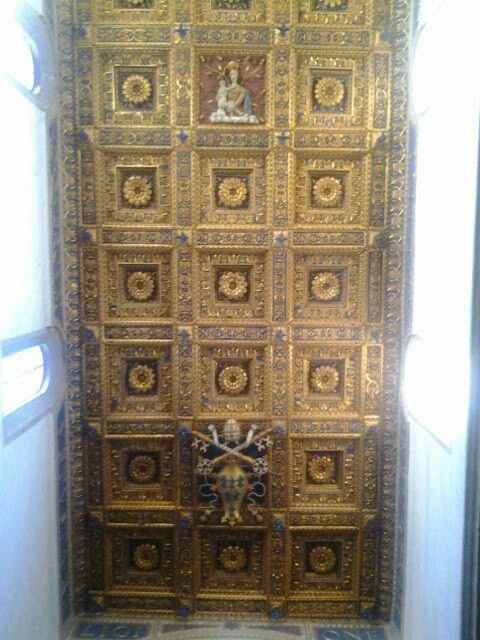 Soffitto a cassettoni con lo stemma di papa Paolo III e la Madonna della Quercia