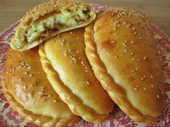 Закусочный пирог с сыром, курицей и грибами.