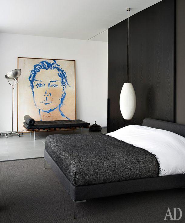 Мужской интерьер в Амстердаме по рецепту Рюда ван Остерхаута: минимум вещей, серо-белая палитра и классика дизайна в виде банкетки Мис ван дер Роэ.