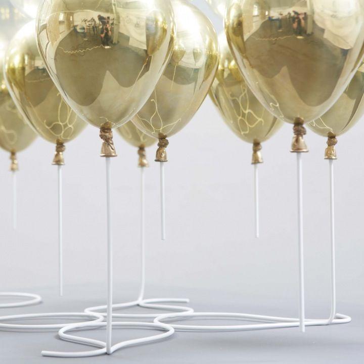Echaba de menos colgar por aquí una pieza así. Entre la escultura y el mueble de diseño, la Up Coffee Table juega con la ilusión de los globos para crear una mesa que parece suspendida en el aire. El diseño y producción es de Duffy London. Solo hay 20 unidades y cuestan algo más de […]