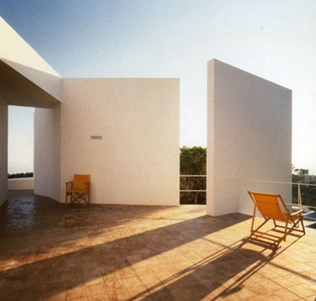 From jamlet.net GILI HOUSE Santa Eulália del Rio, Ibiza, Spain, 1987 The yellow and the white of the house by Josep Lluís Sert on the other side of the street is reflected in the entrance. Looking east and south, the house is oriented towards stretched of countryside, while seeking to hide itself from its neighbours. The plan of the house breaks free from the rectangular base dictated by building regulations by means of the compulsive movements of its walls.
