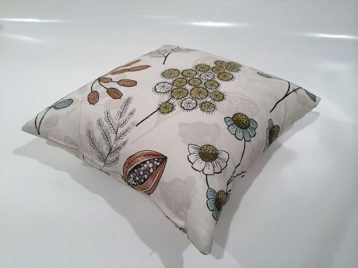 Cuscino d'arredo confezionato con tessuto in cotone stampato della collezione Nyssa By Villa Nova