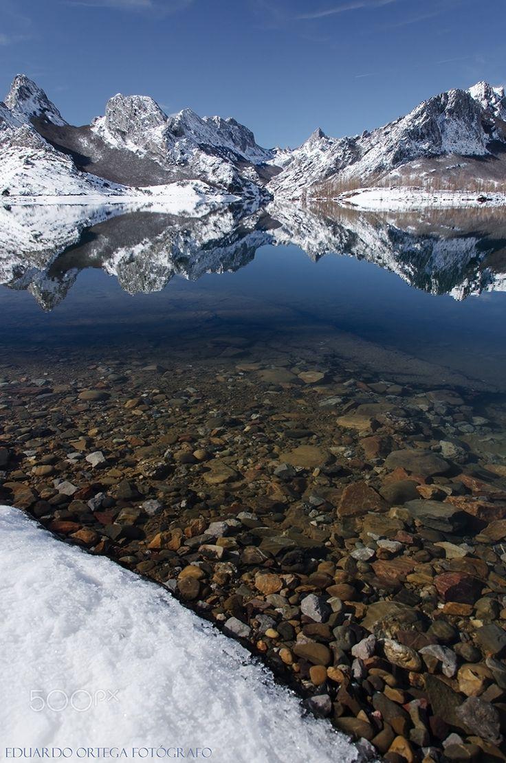 Riaño: Agua y montañas - Embalse de Riaño en invierno. El reflejo de sus montañas nevadas
