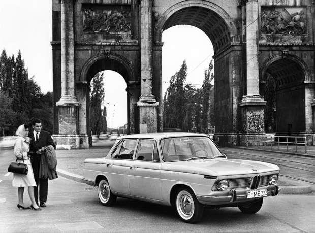 BMW 1500 : le renouveau de la marqueL'Isetta n'ayant pas permis au groupe de redresser ses comptes malgré son succès commercial, BMW est sur le point d'être cédé à Daimler en 1959. Mais cette vente est finalement stoppée à la dernière minute, l'un des actionnaires de BMW, Herberdt Quandt, décidant de reprendre les choses en main et de relancer la marque. De ce nouveau départ naîtra en 1961 la 1500, une berline dont le succès va finalement sortir le groupe de l'ornière.>>> Testez notre…