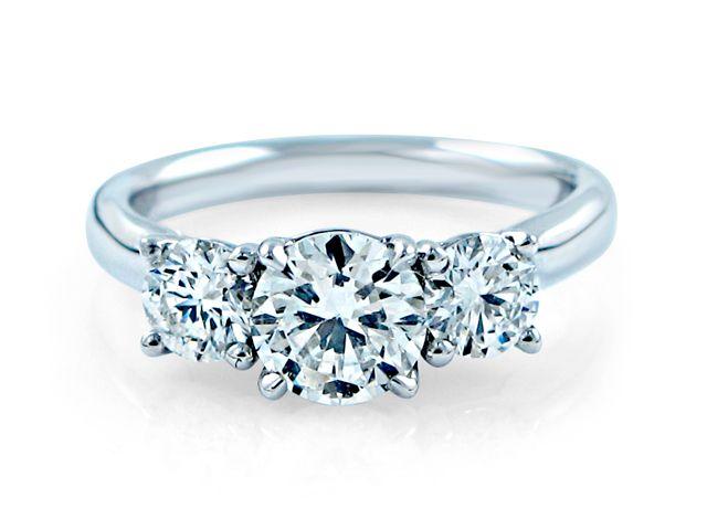 Trilogy Verlobungsringe mit Platin Schiene und traumhaften Diamanten in der Farbe F.