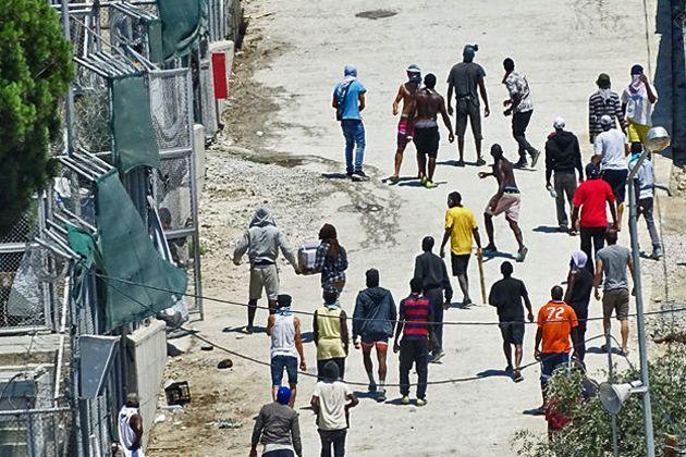 Οκτώ πρόσφυγες και μετανάστες που συνελήφθησαν στη Μόρια υπέβαλαν μηνυτήρια αναφορά κατά αστυνομικών για σωματικές βλάβες από απρόκλητα χτυπήματα σε βάρος τους, χτυπήματα που συνεχίστηκαν ακόμα και όταν τους είχαν περάσει χειροπέδες ή, σε ορισμένους, ενώ βρίσκονταν κρατούμενοι στο αστυνομικό τμήμα.