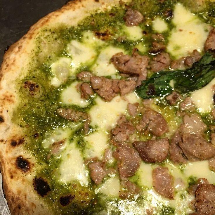Pizza pesto provola e salsiccia Pizzeria Gaetano Genovesi -NAPOLI