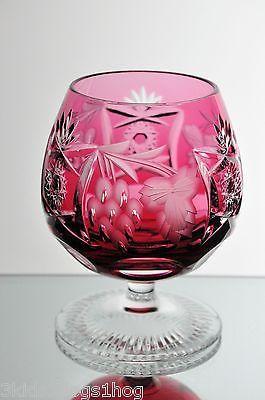 Ποτήρι κονιάκ σε ρουμπινί χρώμα.