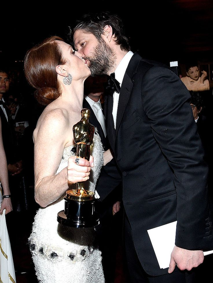 So cute! Julianne Moore celebrated her Oscars win by getting a hot kiss from her husband, Bart Freundlich.
