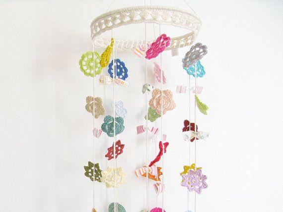 Baby mobile Stella colourful crochet flower nursery door emmalamb