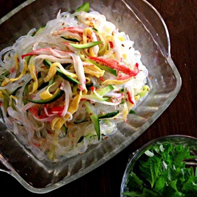 冷やし中華の具が余ったので寿司酢で簡単に春雨サラダにしました  春雨サラダは中華風もエスニック風も好きです今日は青紫蘇トッピングとカニカマで和風かな⁇ - 31件のもぐもぐ - リメイク春雨サラダ by komamie