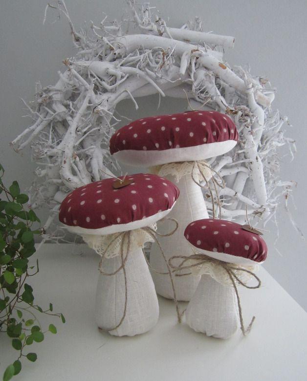 Drei schöne Pilze in  unterschiedlichen Größen, verziert mit Klöppelspitze, rostigen Herzen und Juteschnur für Deine Herbstdeko.  Damit sie frei stehen können, habe ich die Stiele zum Teil mit...