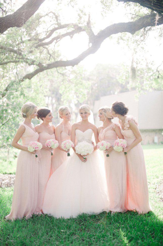 Demoiselle d'honneur - Robe rose poudré - La mariée en robe blanche - Bouquet de fleurs - Voile - Amitié