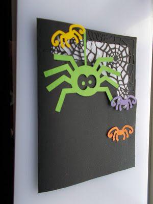 Halloween mãe aranha e filhotes coloridos sob cartolina preta com aplicação de aranhas em preto