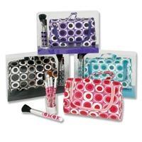 Cosmetica set in tas, 6 delig.  De cosmetica set in tas wordt geleverd met vier make-up kwasten en een klein kammetje voor je wenkbrouwen om jezelf de hele dag mooi te maken. Nadat je de make-up hebt aangebracht, kan je de kwastjes opbergen in het tasje. http://www.koppen.com/producten/categorie/speelgoed/sub-categorie/tassen-rugzakken/geslacht/meisje/leeftijd/vanaf-3-jaar/materiaal/kunststof/merk/koppen-eigen-merk/aanbieding/all/prijs/-3,00-4,00/product/0135805# Prijs € 3,29