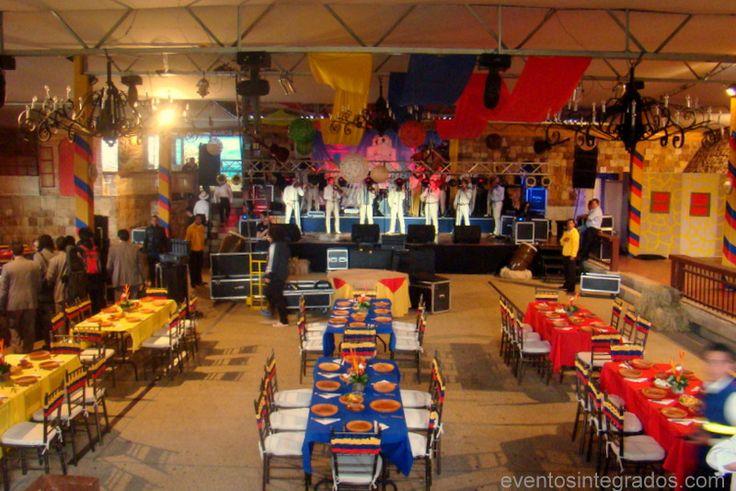 Decora cada mesa con un mantel de algunos de los tres colores de la bandera colombiana. #FiestaColombiana
