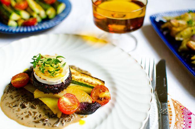 Rödbetsbiffar med trattkantarellsås och rotsaker i ugn | Kung Markatta - kungen av ekologiskt. Allt en hösträtt kan begära - en blandning av jord, sött och syrligt med en tung härlig svampgräddsås. Till biffarna lagade vi ugnsbakade grönsaker, potatis, lök, vitlök och kålrot. Som tillbehör sotade vi fönsterodlade körsbärstomater och stekte en zucchini i raps- och kalamataolivolja.