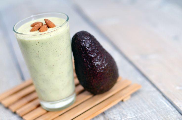 Smoothie avocado, banaan, amandelen. Ingrediënten: 1 avocado, 2 bananen, handje amandelen, 300 ml melk.  Bereidingswijze: Snijd de avocado doormidden tot aan de pit en draai de twee helften van elkaar. Lepel het vruchtvlees eruit, verwijder de pit en stop het vruchtvlees in de blender. Pel de bananen en stop in de blender. Voeg de melk en amandelen toe. Mix goed en verdeel de smoothie over twee grote glazen