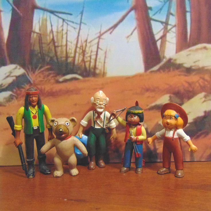 personagens indio Kellian, Senda e tio Dimas da série Jacky, o urso de Tallac...Nas montanhas de Tallac, a ursa Grisle dá à luz dois ursinhos, Jacky e a sua irmã Nuca. Um certo dia Jacky conhece Senda um pequeno índio, e os dois ficam amigos. Mas pouco tempo depois os dois ursinhos ficam órfãos e Senda adopta-os.  A série estreou em Portugal em 1979 na RTP