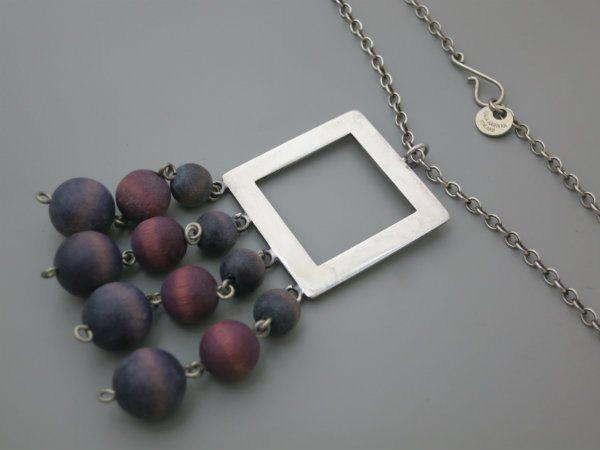 Kaija Aarikka Finland. Halsband med lila och blå pärlor i trä.
