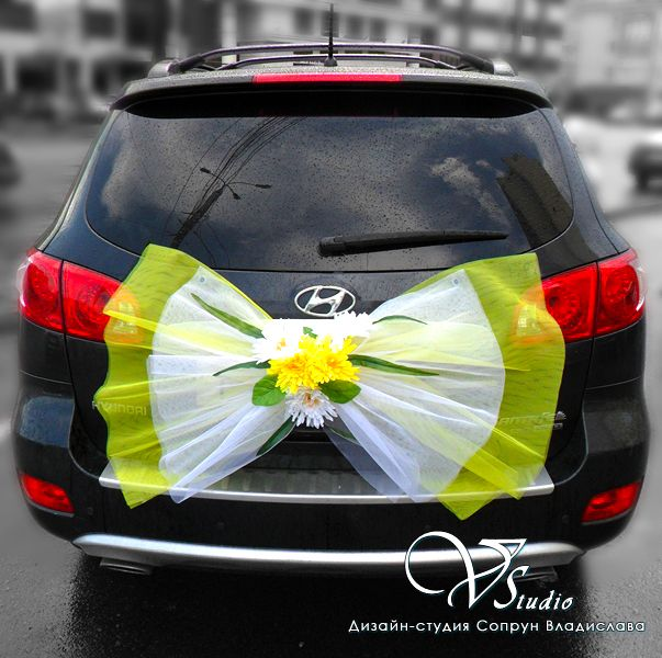 Бант для свадебного автомобиля и букет хризантем белого и желтого цветов. Авторская работа. #свадьбы #автомобиль #украшение #бант #цветы #белый #желтый #soprunstudio