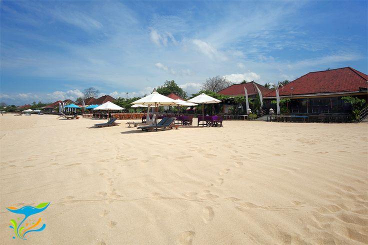 Restoran-restoran di tepi Pantai Kedonganan, siang hari meskipun buka memang relatif sepi pengunjung. Ramainya menjelang sunset sampai tengah malam.