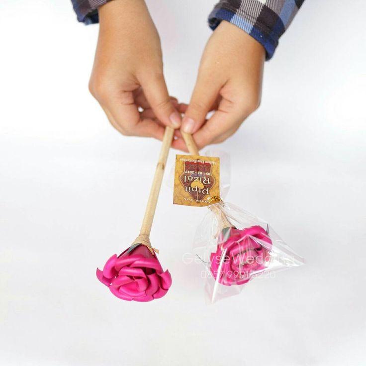 Souvenir Pensil  Souvenir Pensil Bunga. Souvenir pensil dari kayu dengan hiasan bunga warna warni.  Harga : Rp 2.200 (Termasuk kemasan plastik dan kartu ucapan untuk pembelian minimal 200 pcs)  #souvenirpensil #souvenirpensilbunga #souvenirpensilmurah#souvenirjogja #souvenirnikah #souvenirunik #souvenirpromosi #souvenirnikahjogja #souvenirnikahmurah #souvenirpensiljogja #souvenirpensiljogjamurah