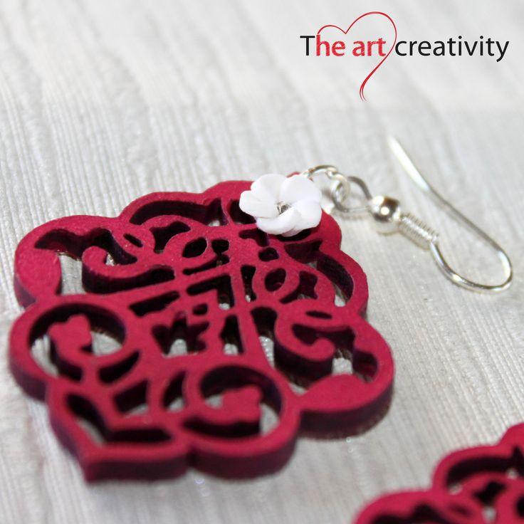 Orecchino in legno dipinto e con apllicazione di rosa realizzata in pasta sintetica. #handmade #legno #orecchini #summer #rosso