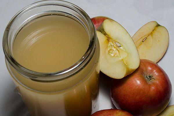 Aquí tienes la receta para hacer vinagre de sidra de manzana casero, el cual ha sido utilizado para diversos fines domésticos y de cocina durante siglos.