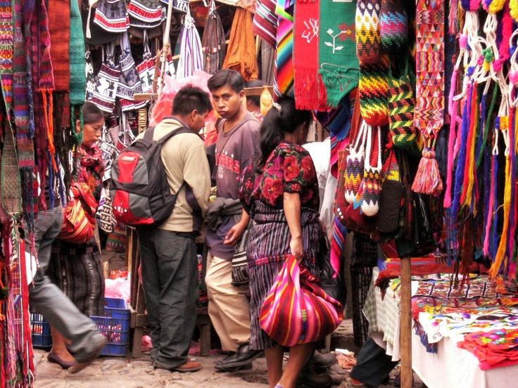 La principale attrattiva di Chichicastenango è costituita dal mercato che ha luogo tutti i giovedì e le domeniche in cui si affollano venditori di artigianato, vasellame, tessuti, cibo, fiori, piante medicinali, animali domestici