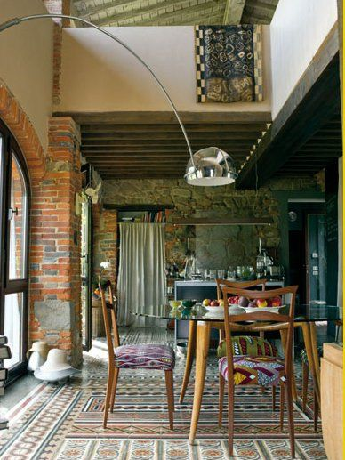 Fantasy art and traditional colors, enliven this old barn in the Tuscan hills. Its two levels are decorated with modern pieces and travel memories by the French-English pair who lives and works here most of the year. planete-deco.fr