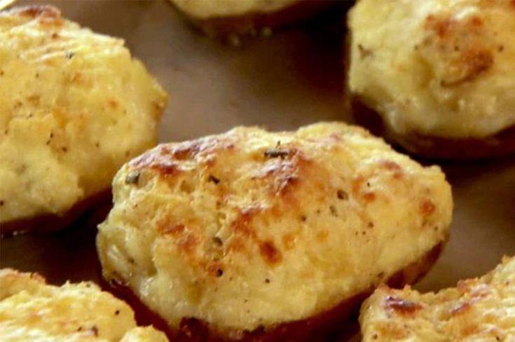 Cartofii copți de două ori sunt gătiți în fiecare familie din SUA. Umplutura pentru acești cartofi poate varia în dependență de preferințele culinare. Se gătesc simplu, din ingrediente accesibile. Cartofii sunt extrem de iubiți de către toată lumea și ne salvează mereu când vrem să facem ceva rapid de mâncare. Echipa Bucătarul.tv vă dorește poftă …