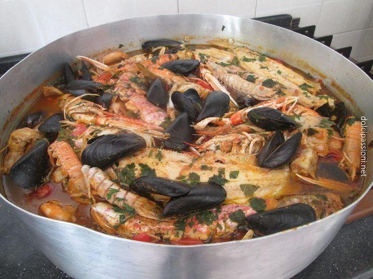 Originariamente nasce come un piatto unico e povero a base di qualità di pesce di scarso valore, ma proprio la varietà di questo pesce darà alla zuppa il profumo ed il sapore strepitoso del mare!!