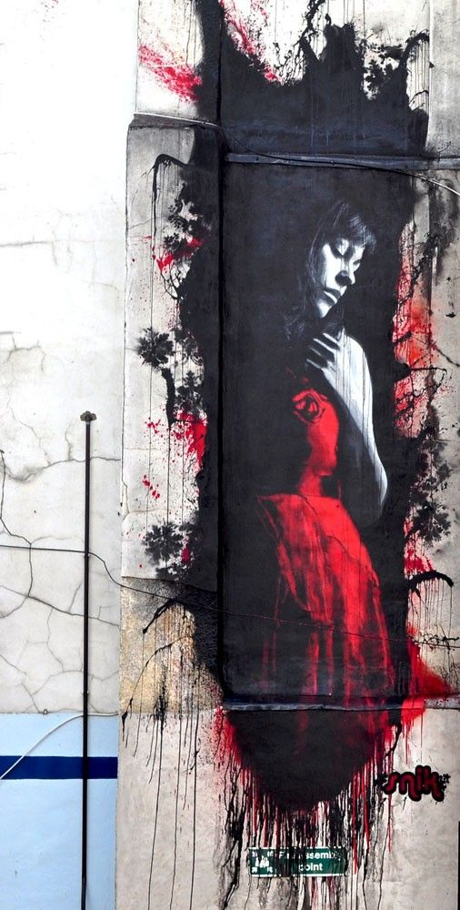 street art : the woman in red